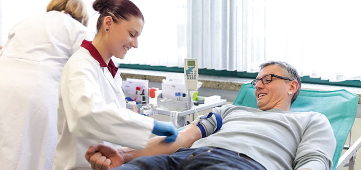 """eld bezahlt der DRK grundsätzlich nicht für Blutspenden. """"Wenn Leute ihr Blut für Geld spenden, und nicht, um etwas Gutes zu tun, ist die Wahrscheinlichkeit sehr groß, dass auch kranke Leute zur Spende gehen"""", erklärt Roewer. Die meisten Krankheiten können zwar bei Untersuchungen des Blutes identifiziert werden. """"Aber die Blutkonserve, für die viel Arbeitszeit aufgewandt wurde, ist dann nutzlos und kann praktisch weggeschmissen werden"""", so der DRK-Sprecher weiter."""