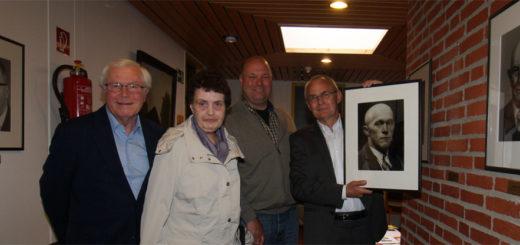 Die Bürgermeister-Galerie wurde um ein Gesicht ergänzt, ab jetzt wird auch an den einstigen Rathauschef Johann Meyerdierks erinnert. Foto: Möller