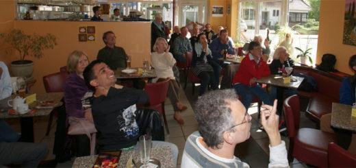 Lange wurden die Fans im Eiscafé Cortina auf die Folter gespannt, bis zum Ende des Spiel das erlösende Tor fiel. Foto: Möller
