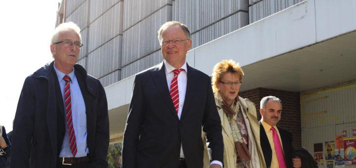 Oberbürgermeister Axel Jahnz (links) führte Ministerpräsident Stephan Weil (2. von links) unter anderem zum ehemaligen Hertie-Kaufhaus, für dessen Wiederbelebung die Stadt Fördermittel beantragt hat.