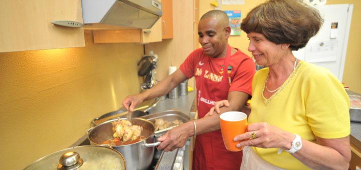 Beim Internationalen Kochen sind auch die Köchinnen und Köche international. Die Kommunikation klappt trotzdem. Foto: Konczak