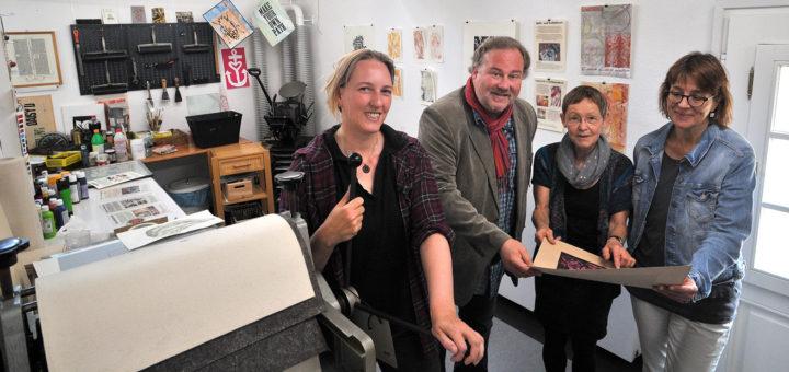 """Julia Vogel, Johannes Mitternacht, Jutta Gebler und Marianne Pipping-Rabe (von links) fiebern dem """"1. Druckgrafik-Festival Delmenhorst"""" entgegen. Foto: Konczak"""