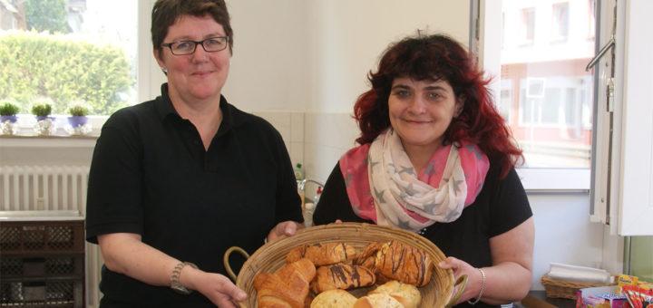 Ina Barz und Angela Appelhagen (von links) im Kioskbereich des neuen Dorfladens der Stiftung Maribondo in der Bahnhofstraße 18. Foto: Möller