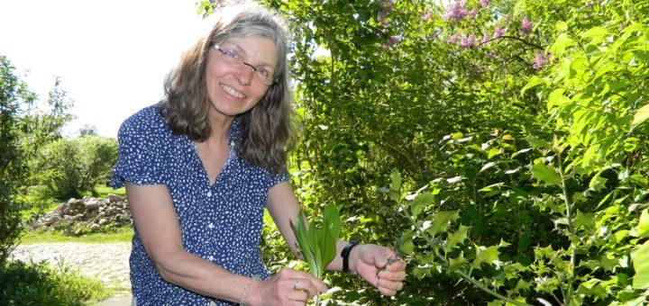 Imme Klencke, Geschäftsführerin der Biologischen Station Osterholz, mit Maiglöckchen (l.), die dem Bärlauch sehr ähneln. Auch die Stechpalme (r.) sei ein giftiger Vertreter. Foto: Bosse
