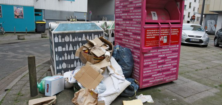 In vielen Teilen der Stadt quellen die Glas-, Müll- und Altkleidercontainer über. Die Neustadt will dieses Problem jetzt in den Griff kriegen. Foto: Barth