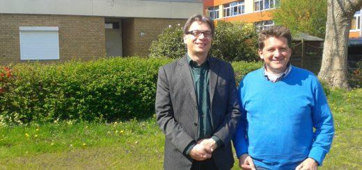 Quartiersmanager Marc Vobker (l.) und Schulleiter Oliver Seipke wollen aus der Hausmeisterwohnung im Hintergrund einen Jugendtreff machen. Foto: Niemann