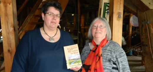 Autorin Ingrid Pfeiffer (r.) nahm den Schauplatz ihrer Lesung schon einmal in Augenschein. Petra Diegner vom Bürgerverein führte sie durch die Mühle von Rönn. Foto: Bosse