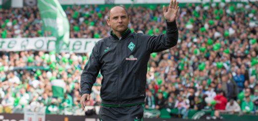 Trainer Viktor Skripnik winkt den Fans im Weserstadion zu. Wie geht es mit Coach des SV Werder weiter? Foto: Nordphoto
