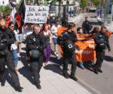 Ein starkes Polizeiaufgebot eskortierte die Gegendemo am Sonnabendnachmittag zum NPD-Aufmarsch an der Stadthalle von Osterholz-Scharmbeck. Foto: Möller