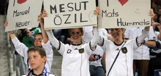 Hummels, Özil oder ...? Mit wem würden Fans in Urlaub fliegen? Foto: Nordphoto