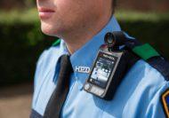 Bodycams an Polizisten sollen für mehr Sicherheit sorgen. Foto: Reveal Media 2015