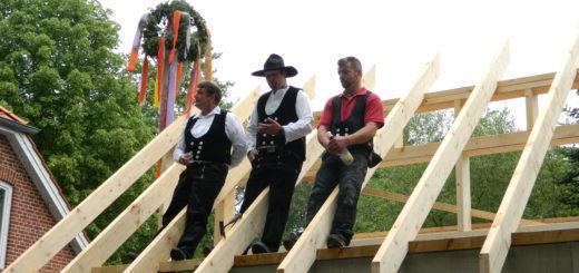 Jakob Dieter von Kopp Dachtechnik sowie Hartmut Knacke und Gerald Schatull (v.l.) von der Zimmerei Brünjes beim traditionellen Richtspruch. Foto: Bosse
