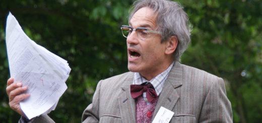 Peter Lüchinger schlüpft in die Rolle des Shakespeare-Experten Professor Dr. Lewis Parish. Foto: Möller