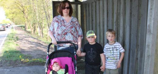 Mandy Brünjes hoffte, dass Dominik und Jesse (v.l.) nach ihrer Einschulung nicht von der unsicheren Haltestelle an der K8 zur Grundschule fahren müssen. Foto: Böhme