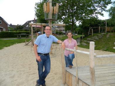 Frank Wiesner und Mara Hartwig von der Stadtverwaltung am neuen Bug des Piratenschiffs. Foto: Bosse
