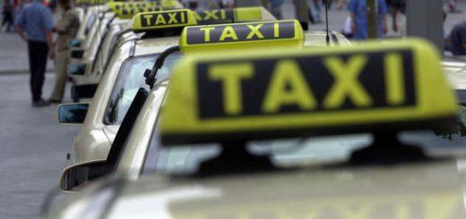 Ein Taxi wartet in Bremen am Hauptbahnhof auf Fahrgäste. Foto: WR