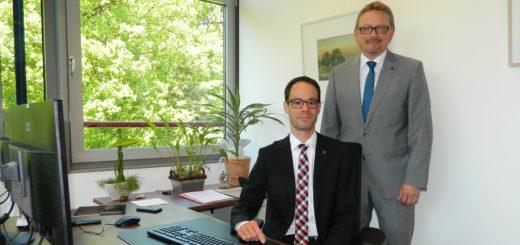 Kreisdezernent Dominik Vinbruck (l.) hat sein Büro bezogen. Landrat Bernd Lütjen freut sich über die Personalentscheidung. Foto: Bosse