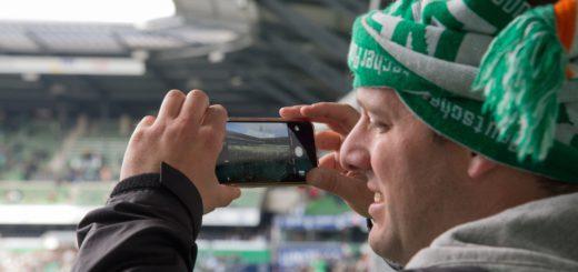 Mit dem Smartphone fotografieren ist auch im Weserstadion kein Problem. Wer das Bild aber posten will, hat wegen ständiger Netzüberlastung kaum eine Chance. W-Lan könnte Abhilfe schaffen. Foto: Nordphoto