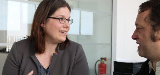 Dr. Annabel Oelmann, neue Leiterin der Verbraucherzentrale Bremen, im Gespräch mit Robin Eberhardt, stellvertretender Chefredakteur des Weser Reports. Foto: Niemann