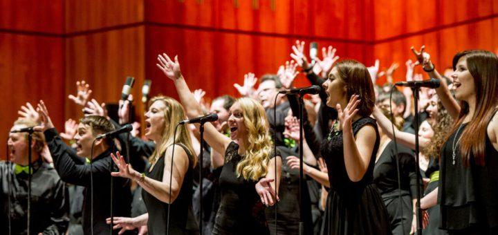 Zusammen mit anderen Musikbegeisterten auf der Bühne stehen und singen – wer bei dem Massenchor-Projekt mitmachen möchte, kann sich ab sofort anmelden.Foto: pv