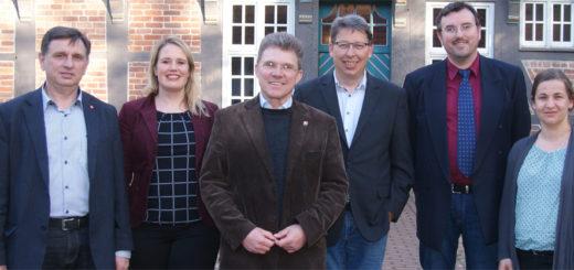 """Gastredner beim """"Mahl der Arbeit"""" in Osterholz-Scharmbeck war Dienstagabend dern Betriebsratschef von Arcelor-Mittal Bremen, Klaus Hering (links). Foto: Möller"""