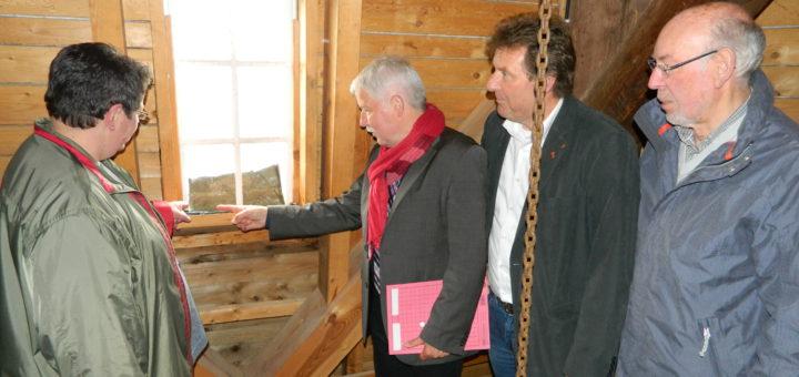 Die Vorsitzende des Bürgervereins, Petra Diegner, zeigte Klaus Sass, Jörg Monsees und Uwe Steenken (v.l.) von der SPD-Fraktion heute die Fensterschäden. Foto: Bosse