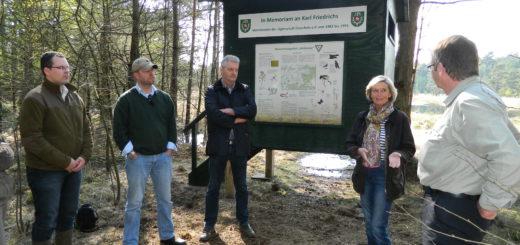 Marianne Friedrichs dankte der Jägerschaft, vertreten durch Heiko Ehing, Torsten Wischhusen, Roger Varrelmann und Martin Kai Köpke (von rechts). Foto: Bosse