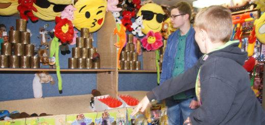 Der achtjährige Silian versucht sich auf dem Maimarkt im Dosenwerfen. Foto: Möller