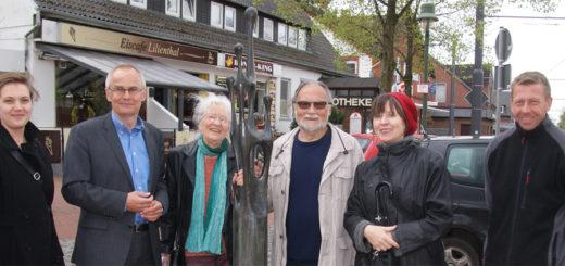 """Ein neuer Treffpunkt wurde gestern eingeweiht. Am Spitzen Kiel wurde die Skulptur """"Die Gruppierung"""" vorgestellt. Der Lilienthaler Bildhauer Hans-Georg Filipschack hat das Kunstwerk der Gemeinde geschenkt."""