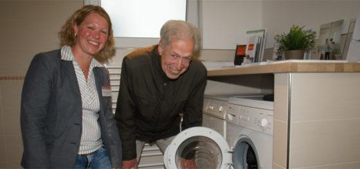 """Henning Scherf besichtigte nach seinem Vortrag das """"Musterhaus mit Zukunft"""" und ließ sich von der dafür verantwortlichen Projektleiterin, Andrea Krückemeier, auch das barrierefreie Badezimmer zeigen. Foto: Möller"""