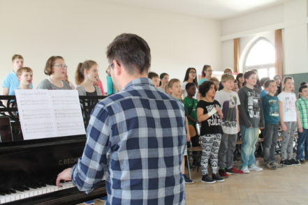 Mikolaj Kapala begleitete die Schüler während der Proben am Klavier. Foto: Waalkes