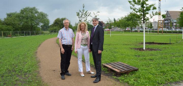 Thorsten Fiebig (v.l.), Nicole Halves-Volmer und Bürgermeister Lutz Brockmann im (noch umzäunten) neuen Allerpark-Abschnitt. Foto: Sieler