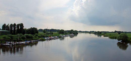 Blick auf die Weser von der Uesener Brücke. Foto: Henrik Bruns