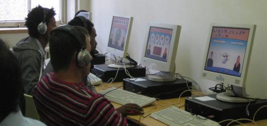 Im PC-Sprachlabor können die Bewohner der Notunterkunft in Blumenthal in individuellem Tempo Deutsch lernen.