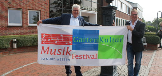 """Voller Vorfreude auf das """"GartenKultur-Musikfestival"""" im August in Schwanewede: Bürgermeister Harald Stehnken (l.) und Abteilungsleiter Kultur Jörg Heine.Foto: Waalkes"""