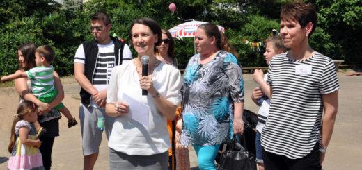 Senatorin Bogedan (m.) und Kita-Leiterin Sabine Schlemo (r.) eröffnen das Sommerfest und die Erzählwerkstatt des Kinder- und Familienzentrums OsterhopFoto: Pressestelle SKB