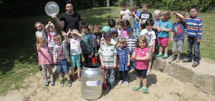 Möchten ganz besondere Dinge in der Hemelinger Zeitkapsel unterbringen: Die Däumling-Kinder mit Niels Andes. Foto: pv