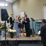 Schulleiter Stefan Stamp-Focke überreichte die Zeugnisse. Foto: Möller