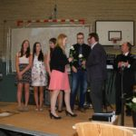 Die jeweiligen Tutoren überreichten den Schülern eine Rose. Foto: Möller