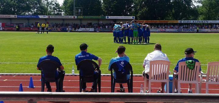 Das Team des Bremer SV schwört sich vor dem Anpfiff in Drochtersen auf das Spiel ein. Foto: BSV