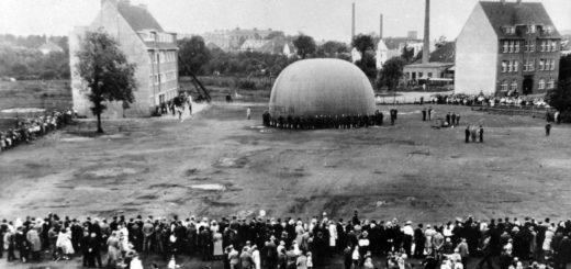 Aufnahme des halb gefüllten Ballons auf dem Neuen Markt. Der Platz wurde links durch das Eckhaus an der späteren Rudolf-Königer-Straße und rechts durch das 1925/26 errichtete Gebäude der Marktschule begrenzt. Bildvorlagen: Stadtarchiv Delmenhorst