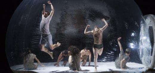 """Anfangs wurde das Ensemble in seinen Bewegungen noch von einer """"Blase"""" beengt. Foto: Stephan Walzl"""