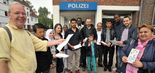 Die Integrationslotsen Gerold Böning und Nejmeh El Marzouq (ganz links) zeigen interessierten Neubürgern kürzlich die Polizei in Delmenhorst. Foto: Konczak