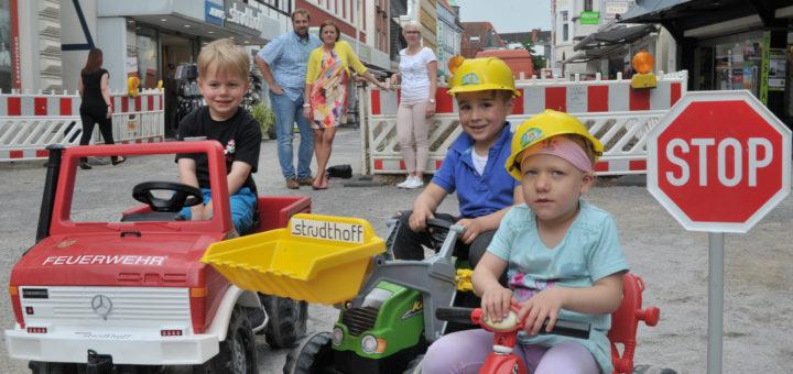 Julian und Janina Flocke (Strudthoff) und Ines Böse (dwfg) wollen für den gesamten Juli wieder eine Kinderbaustelle auf dem Wallplatz realisieren.Foto: Konczak