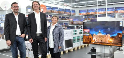 Verkaufsleiter Christopher Skormachowitsch und die Geschäftsführer Henning Adler und Andrea Janssen (von links) freuen sich auf die Eröffnung des Media Marktes im Zurbrüggen-Center. Foto: Konczak