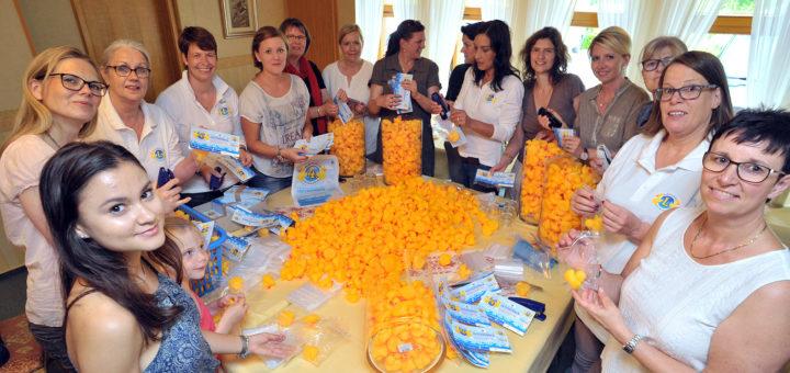 Die Mitglieder des Lions Clubs Gräfin Hedwig und zwei jüngere Helferinnen verpackten die 2.000 Enten am Dienstag im Restaurant Jägerklause.Foto: Konczak