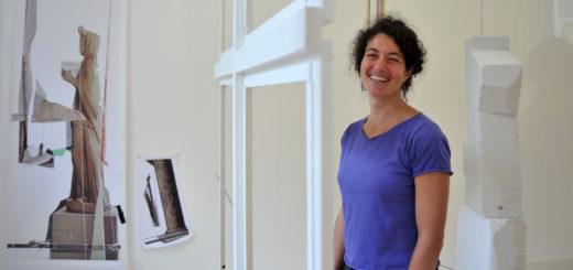 Diana Sirianni lässt die Materialien und Fotofragmente wie bei einem erstarrten Moment einer Explosion im Raum der Städtischen Galerie schweben.Foto: Konczak