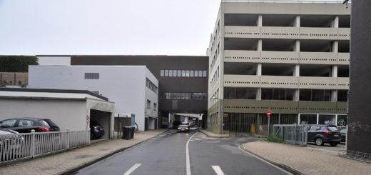 Zunächst soll im Herbst das Hertie Parkhaus abgerissen werden. Im Frühjahr folgt der Umbau des ehemaligen Kaufhauses an der Lange Straße in Delmenhorst. Foto: Konczak