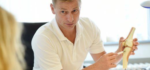Dr- Rüdiger Ahrens ist Chefarzt im Zentrum für Schulterchirurgie, Sporttraumatologie und Arthroskopische Chirurgie an der Roland-Klinik. Foto: Schlie