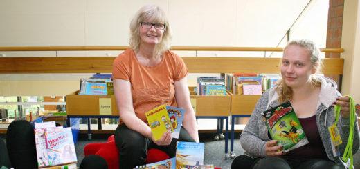 Büchereileiterin Sigrid Kautzsch und die Auszibildende Lena Stelljes freuen sich wieder auf viele Leseclub-Teilnehmer in den Ferien. Foto: Baumann
